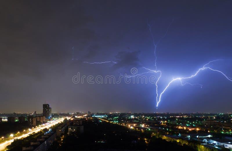 Φωτισμός χτυπάει τον τηλεοπτικό πύργο Ostankino στοκ εικόνες με δικαίωμα ελεύθερης χρήσης