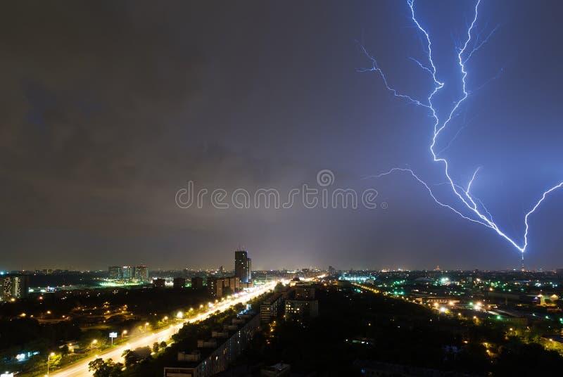 Φωτισμός χτυπάει τον τηλεοπτικό πύργο Ostankino στη Μόσχα στοκ φωτογραφίες