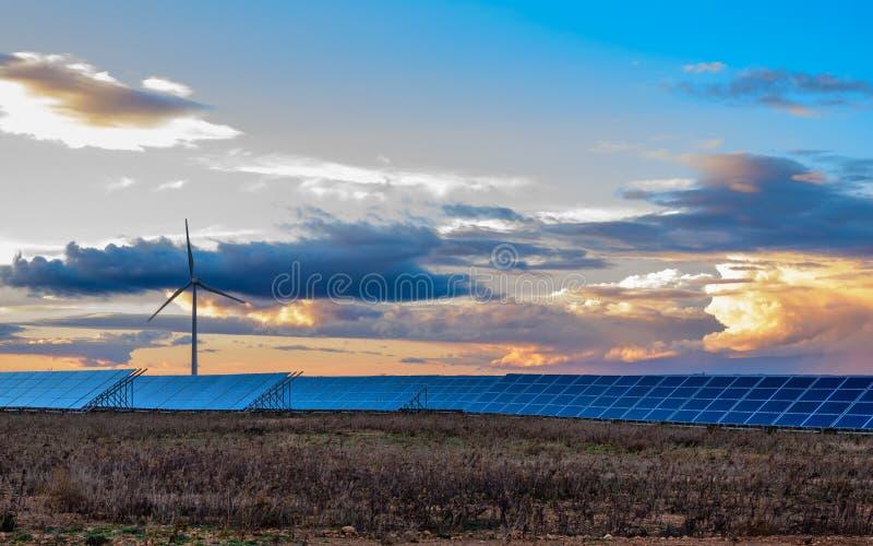 Φωτοβολταϊκές και εγκαταστάσεις αέρα στο ηλιοβασίλεμα στοκ εικόνες