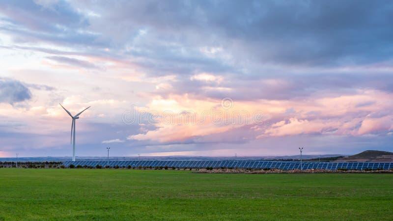 Φωτοβολταϊκές και εγκαταστάσεις αέρα στο ηλιοβασίλεμα στοκ εικόνες με δικαίωμα ελεύθερης χρήσης