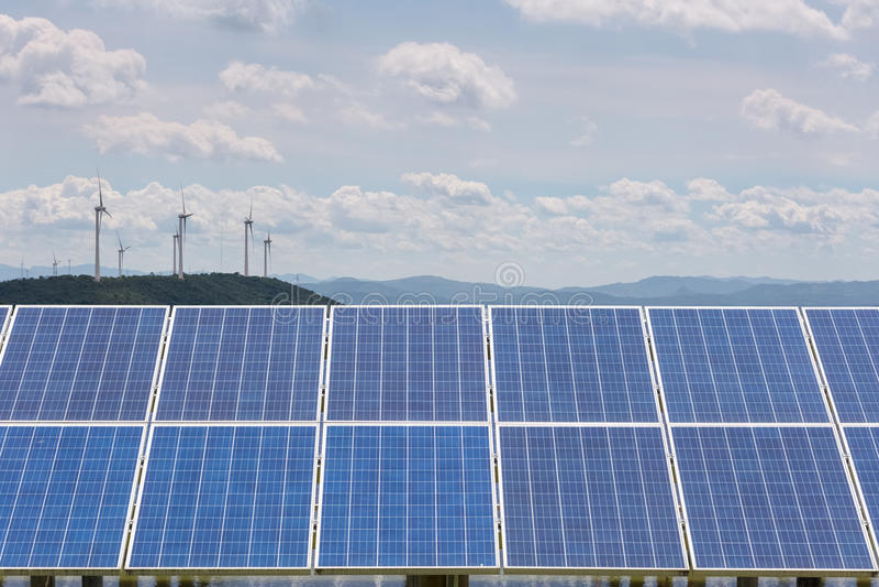 Φωτοβολταϊκή επιτροπή με τις εγκαταστάσεις αιολικής ενέργειας στοκ φωτογραφίες με δικαίωμα ελεύθερης χρήσης