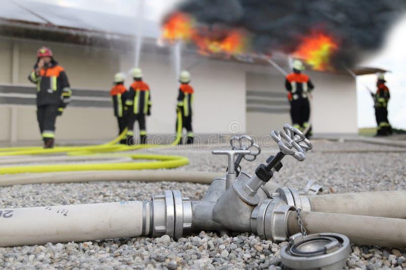 Φωτοβολταϊκή πυρκαγιά επιτροπών στεγών πυροσβεστών ηλιακή στοκ εικόνες με δικαίωμα ελεύθερης χρήσης