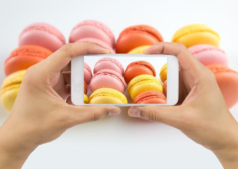 Φωτογράφιση ενός πιάτου των macarons στοκ εικόνα