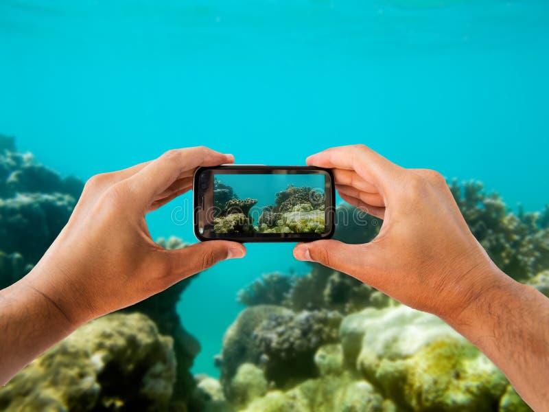 Φωτογράφιση με ένα smartphone νερού στοκ εικόνες