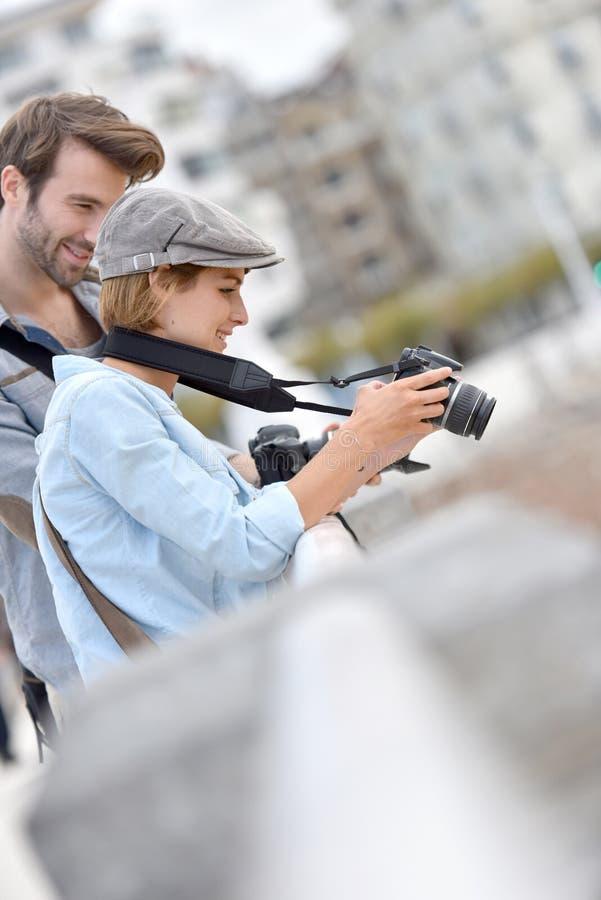 Φωτογράφοι που ελέγχουν τις φωτογραφίες τους στη κάμερα στοκ φωτογραφία με δικαίωμα ελεύθερης χρήσης