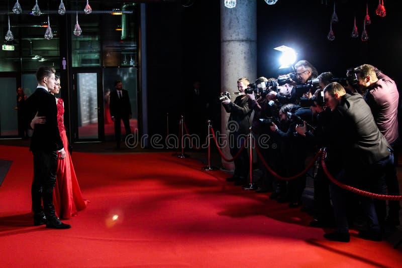 Φωτογράφοι που παίρνουν τις εικόνες στο κόκκινο χαλί στοκ φωτογραφία