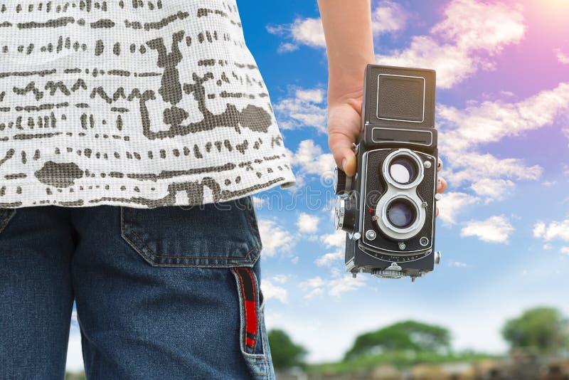 Φωτογράφος ή ταξιδιώτης που χρησιμοποιεί μια κλασική αντανάκλαση φακών TLR δίδυμη στοκ φωτογραφία με δικαίωμα ελεύθερης χρήσης
