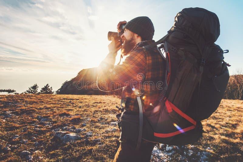 Φωτογράφος ατόμων με το μεγάλες σακίδιο πλάτης και τη κάμερα στοκ φωτογραφία