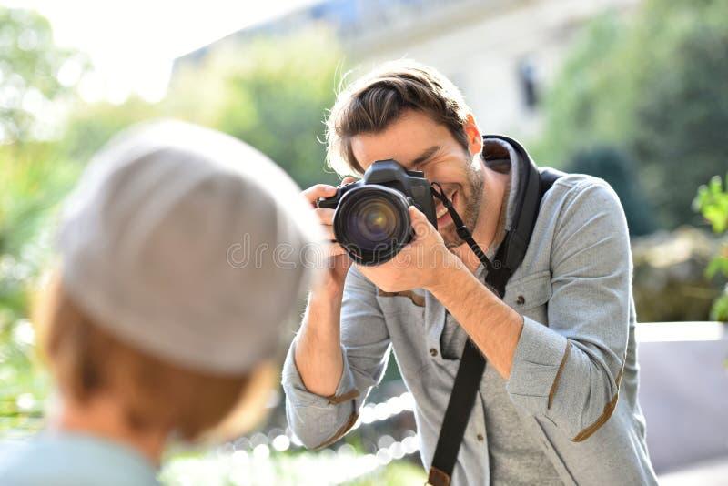 Φωτογράφος ατόμων που παίρνει τις φωτογραφίες ενός προτύπου στοκ εικόνα με δικαίωμα ελεύθερης χρήσης
