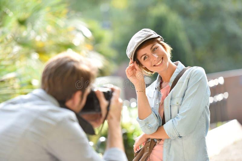 Φωτογράφος ατόμων που παίρνει τις φωτογραφίες του καθιερώνοντος τη μόδα προτύπου στοκ φωτογραφία με δικαίωμα ελεύθερης χρήσης