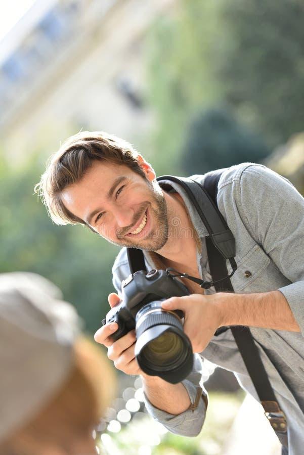 Φωτογράφος ατόμων που παίρνει τις φωτογραφίες του προτύπου στοκ φωτογραφία με δικαίωμα ελεύθερης χρήσης