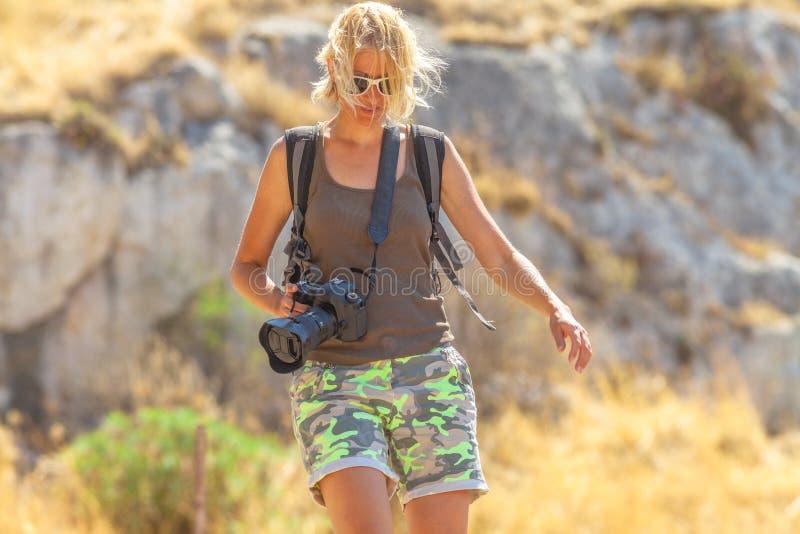 Φωτογράφος γυναικών φύσης στοκ εικόνα με δικαίωμα ελεύθερης χρήσης