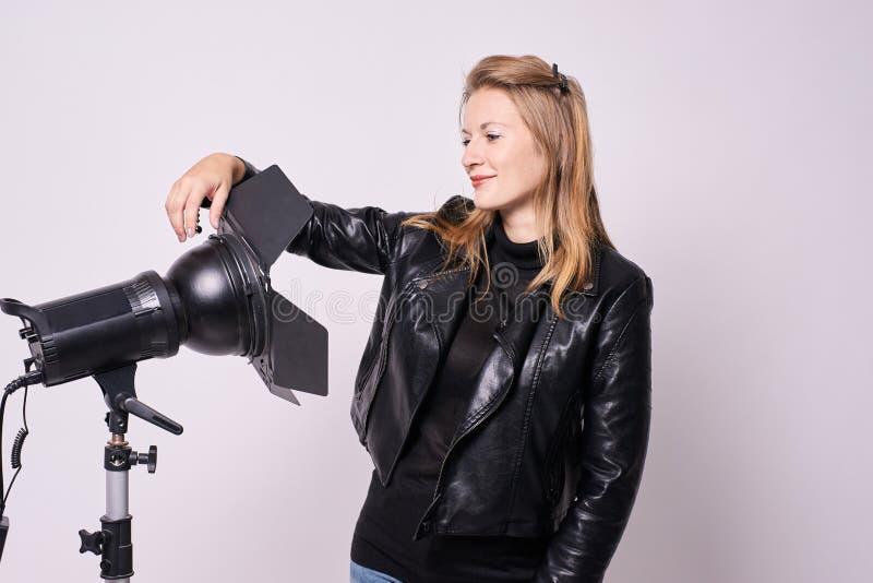 Φωτογράφος κοριτσιών Επίκεντρα στο στούντιο Άσπρη ανασκόπηση στοκ εικόνες με δικαίωμα ελεύθερης χρήσης