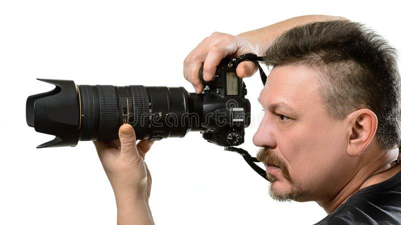 Φωτογράφος πορτρέτου με μια κάμερα σε ένα απομονωμένο υπόβαθρο στοκ φωτογραφία με δικαίωμα ελεύθερης χρήσης