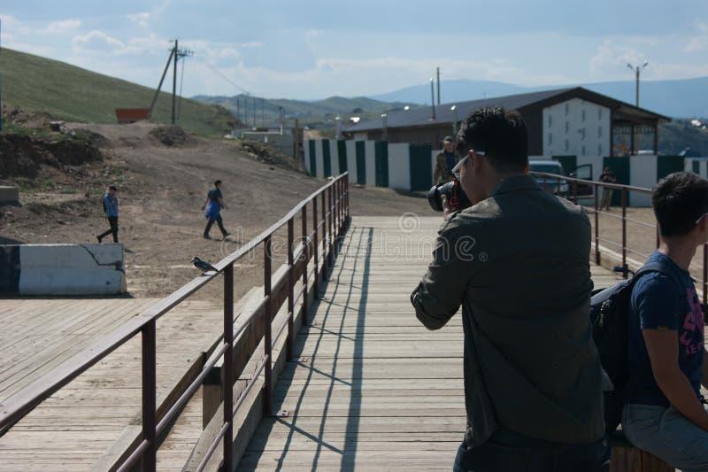 Φωτογράφος που παίρνει μια εικόνα του πουλιού στοκ φωτογραφίες
