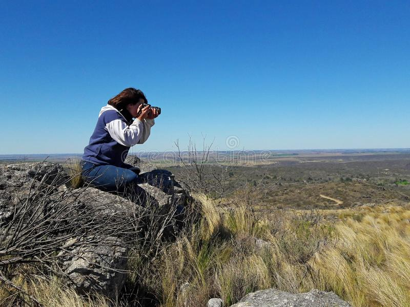 Φωτογράφος που παίρνει τα δείγματα της φύσης στοκ φωτογραφίες με δικαίωμα ελεύθερης χρήσης