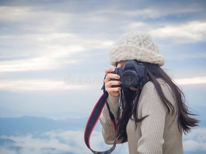 Φωτογράφος που παίρνει τη φωτογραφία του τοπίου από την κορυφή του βουνού στοκ εικόνες