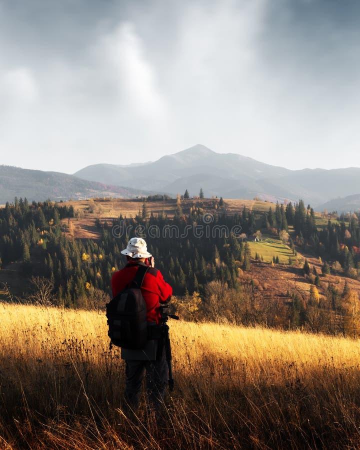 Φωτογράφος που παίρνει τη φωτογραφία του τοπίου φθινοπώρου στοκ φωτογραφία