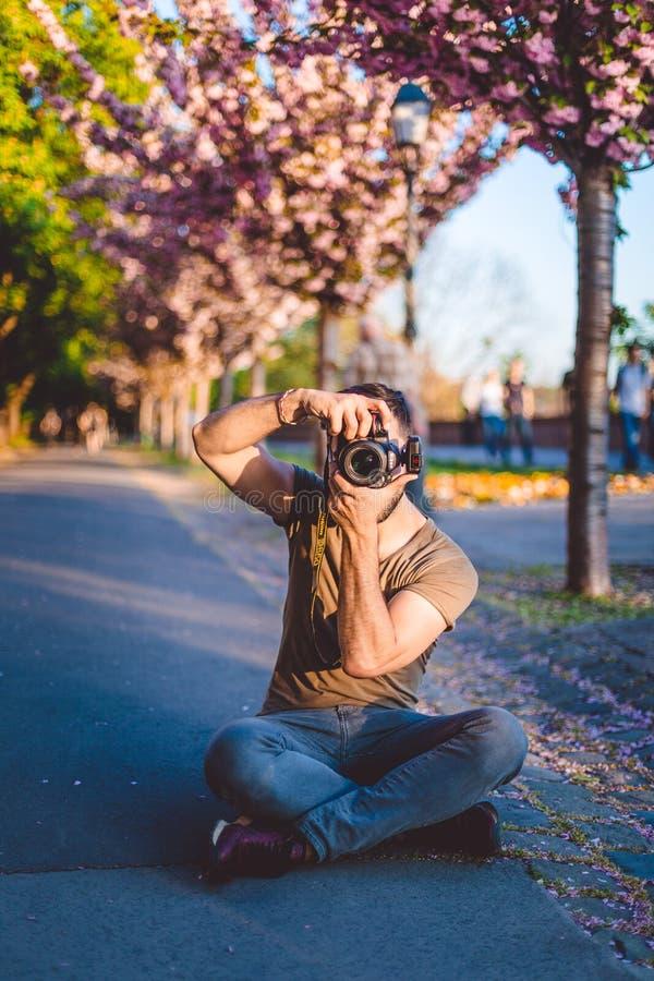 Φωτογράφος που παίρνει τις φωτογραφίες του όμορφου προτύπου, παρασκήνια του photoshoot, που παίρνουν headshot και των πορτρέτων στοκ εικόνες
