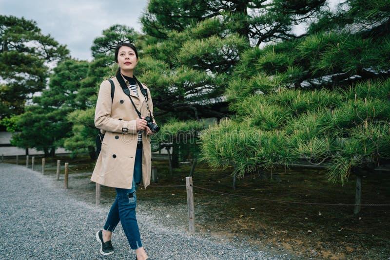 Φωτογράφος που περπατά στο δρόμο πετρών στοκ εικόνες