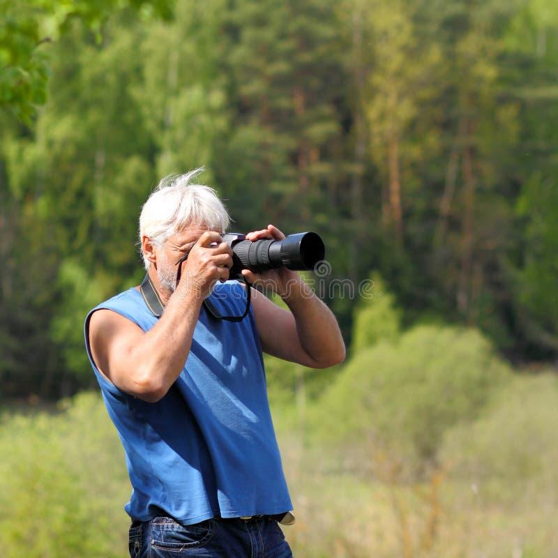 Φωτογράφος που φωτογραφίζει στη φύση στοκ εικόνες με δικαίωμα ελεύθερης χρήσης
