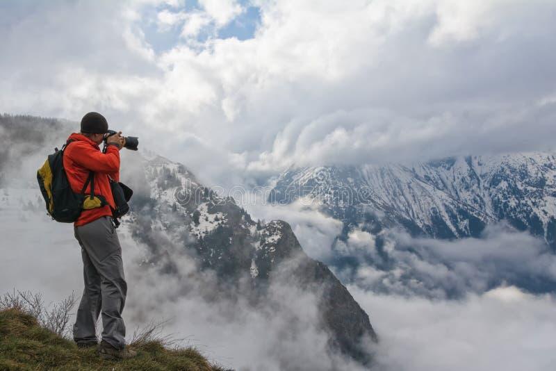 Φωτογράφος στα βουνά στοκ εικόνα