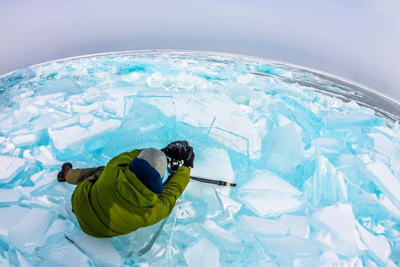 Φωτογράφος φωτογραφίζει παγωμένους παγωμένους πάγους στη χειμερινή λίμνη baikal, ρωσία στοκ φωτογραφία με δικαίωμα ελεύθερης χρήσης