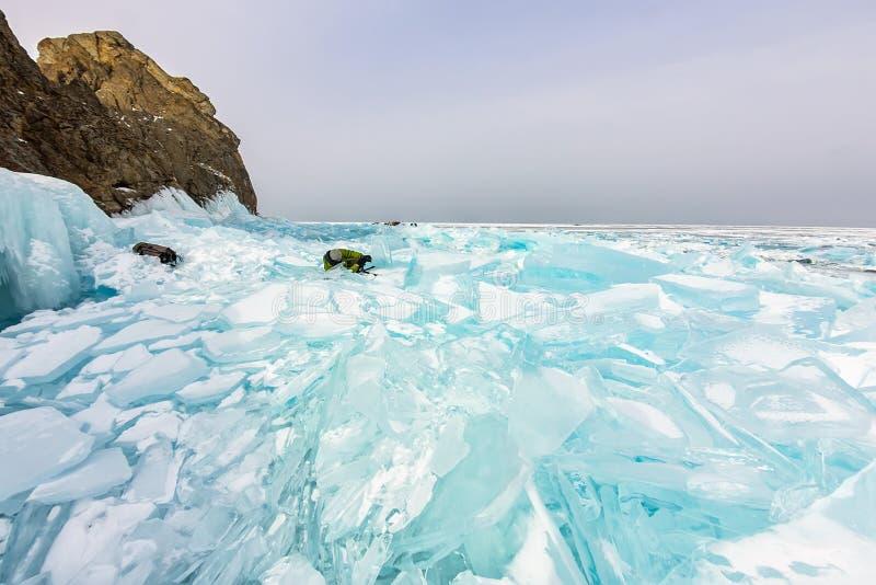 Φωτογράφος φωτογραφίζει παγωμένους παγωμένους πάγους στη χειμερινή λίμνη baikal, ρωσία στοκ εικόνες
