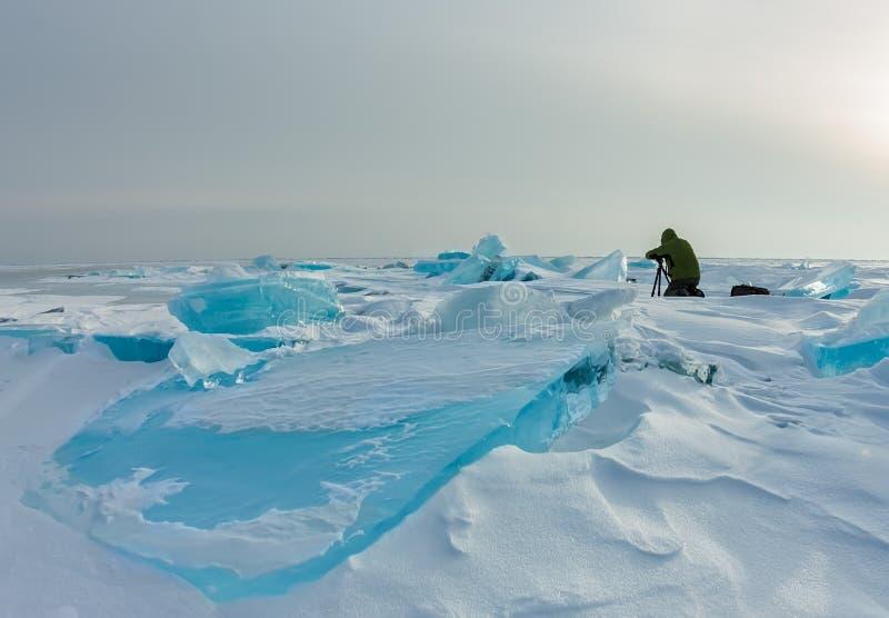 Φωτογράφος φωτογραφίζει παγωμένους παγωμένους πάγους στη χειμερινή λίμνη baikal, ρωσία στοκ φωτογραφία