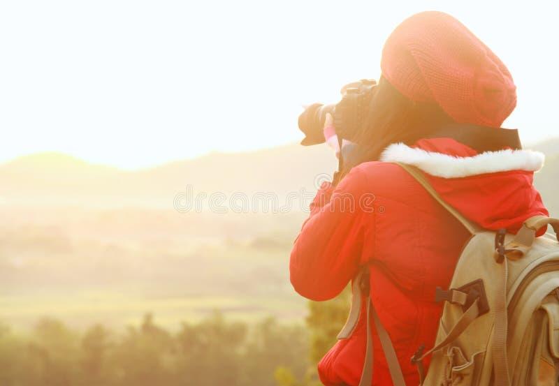 Φωτογράφος φύσης που παίρνει τις εικόνες κατά τη διάρκεια του ταξιδιού πεζοπορίας στοκ φωτογραφία
