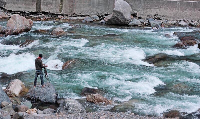 Φωτογράφος Aadventurous στον επικίνδυνο πλημμυρισμένο ποταμό σε Azad Kas στοκ εικόνα με δικαίωμα ελεύθερης χρήσης