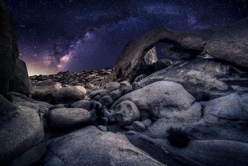 Φωτογράφος Astro στην έρημο και την άποψη του γαλακτώδους γαλαξία τρόπων στοκ εικόνες με δικαίωμα ελεύθερης χρήσης