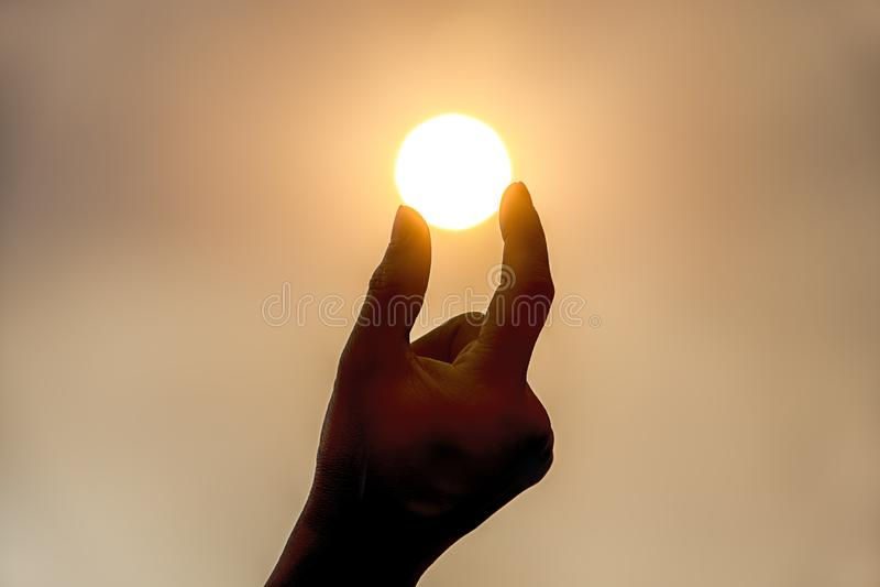 Φωτογραφία έννοιας του κρατήματος του ήλιου στοκ φωτογραφίες με δικαίωμα ελεύθερης χρήσης