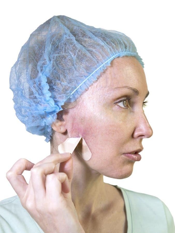 Φωτογραφία από μια σειρά: Cosmetology περιπλοκές η γυναίκα διαγράφει ένα ασβεστοκονίαμα για το φλερτάρισμα στο συρίγγιο μετά από  στοκ φωτογραφία με δικαίωμα ελεύθερης χρήσης
