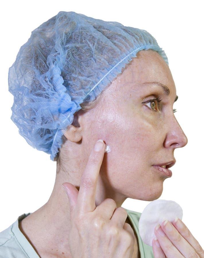 Φωτογραφία από μια σειρά: Cosmetology περιπλοκές η γυναίκα διαγράφει ένα ασβεστοκονίαμα για το φλερτάρισμα στο συρίγγιο μετά από  στοκ εικόνες με δικαίωμα ελεύθερης χρήσης