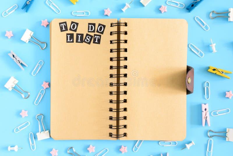 Φωτογραφία από την κορυφή με τα διεσπαρμένα χαρτικά Ανοικτό σημειωματάριο στα ελατήρια με τα καφετιά φύλλα Η επιγραφή για να κάνε στοκ φωτογραφίες με δικαίωμα ελεύθερης χρήσης