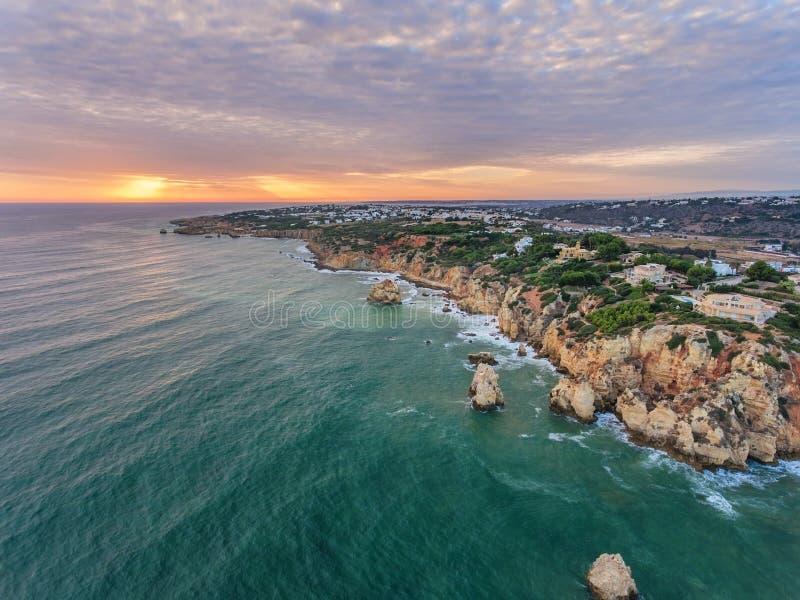 _ Φωτογραφία από τον αέρα, οι παραλίες Albufeira Ηλιοβασίλεμα στοκ εικόνες