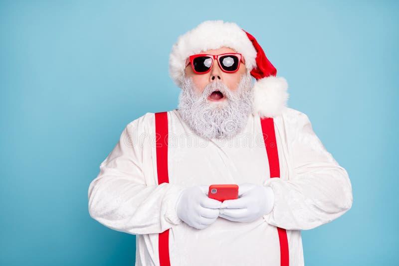 Φωτογραφία από το κοντινό πλάνο ενός έκπληκτου αστείου, μεγάλου βάρους λευκού μαλλιού, με μακριές γενειάδες του Άγιου Βασίλη, για στοκ εικόνα με δικαίωμα ελεύθερης χρήσης