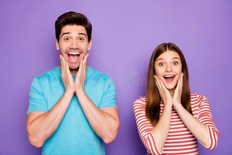 Φωτογραφία δύο αστείων ατόμων ζευγάρι θετικών συναισθημάτων, διάθεση ανοιχτές στοματικές αγκάλες πάνω σε αγοραστές ζυγωματικών φο στοκ φωτογραφία με δικαίωμα ελεύθερης χρήσης