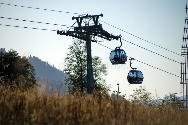 Φωτογραφία δύο funiculars στη ορεινή περιοχή στοκ εικόνες