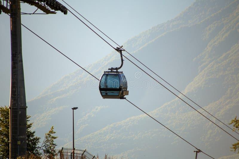Φωτογραφία δύο funiculars στη ορεινή περιοχή στοκ φωτογραφίες με δικαίωμα ελεύθερης χρήσης