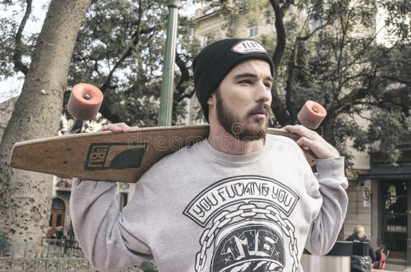 Φωτογραφία ενός άνδρα που κρατά ένα παραγάδι στοκ εικόνες
