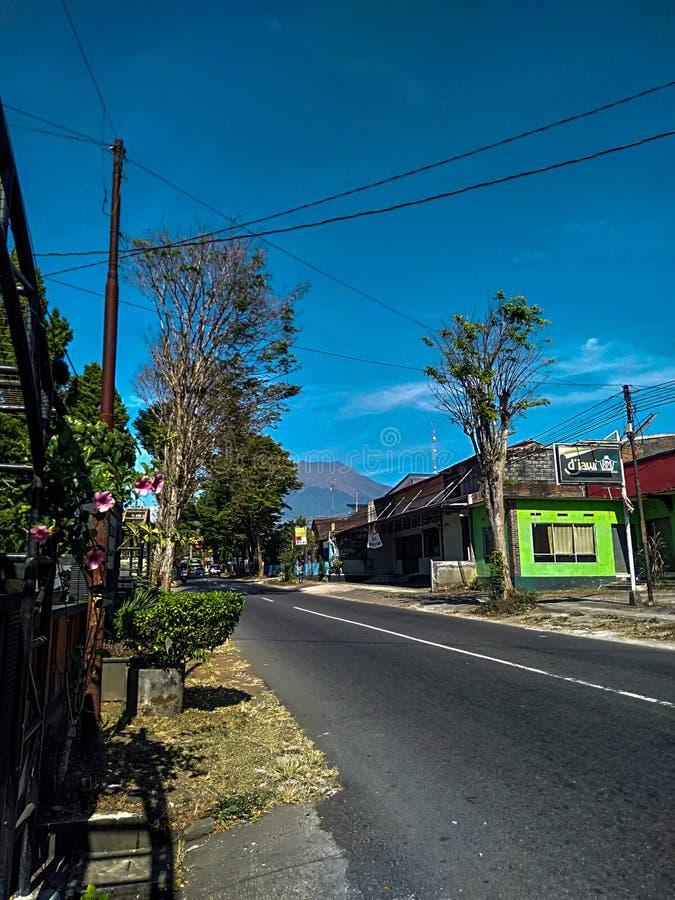 φωτογραφία ενός βουνού σε μια πόλη στοκ εικόνα