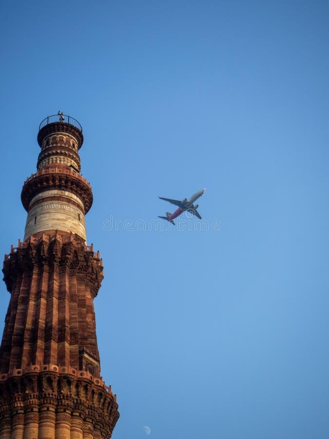 Φωτογραφία ενός εμπορικού αεροσκάφους που περνά από έναν υψηλό πύργο στο Jaipur, Ινδία στοκ φωτογραφία με δικαίωμα ελεύθερης χρήσης