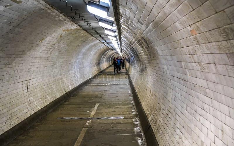 Φωτογραφία ευρέος γωνίας της υπόγειας σήραγγας κάτω από τον ποταμό Τάμεση στο Λονδίνο, θολή πεζός σε απόσταση στοκ φωτογραφία με δικαίωμα ελεύθερης χρήσης