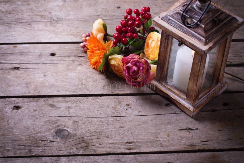 Φωτογραφία ζωής φθινοπώρου ακόμα με το κερί στο φανάρι και τα λουλούδια στοκ εικόνες με δικαίωμα ελεύθερης χρήσης