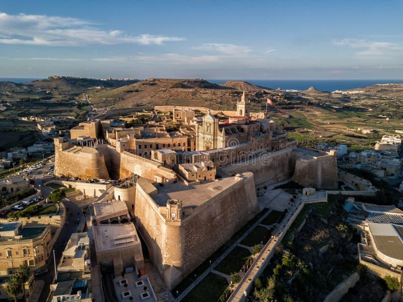 Φωτογραφία κηφήνων - η ακρόπολη Gozo στο ηλιοβασίλεμα Μάλτα στοκ εικόνες