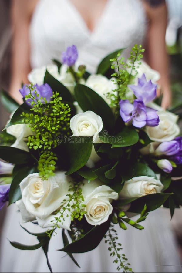 Φωτογραφία κινηματογραφήσεων σε πρώτο πλάνο της γαμήλιας ανθοδέσμης στα χέρια της νύφης στοκ εικόνες με δικαίωμα ελεύθερης χρήσης