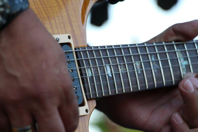Φωτογραφία κινηματογραφήσεων σε πρώτο πλάνο της κιθάρας στοκ εικόνες