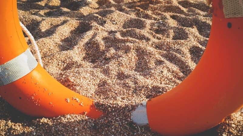 Φωτογραφία κινηματογραφήσεων σε πρώτο πλάνο της όμορφων αμμωδών παραλίας θάλασσας και του δαχτυλιδιού αποταμίευσης ζωής στοκ φωτογραφίες με δικαίωμα ελεύθερης χρήσης